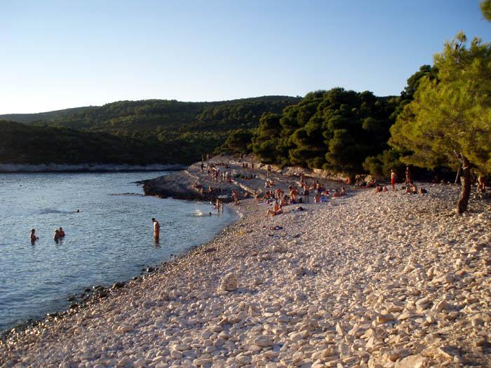 plaža s oblutcima veličine glave...