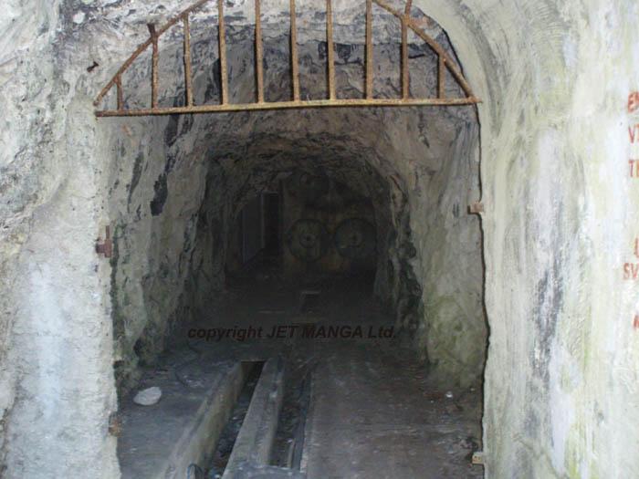 Ulaz u podzemni zapovjedni kompleks, danas zjapi o�erupan...